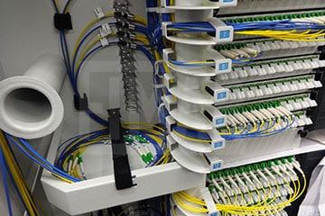 Armadio con cavi per fibra ottica